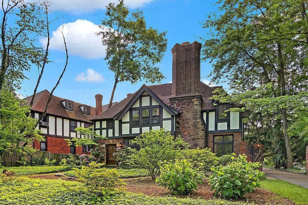 Wife Liz Shanahan and husband Michael Symon's house at Cleveland, Ohio